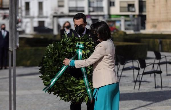 Marta Bosquet y Juan Manuel Moreno depositan una corona en memoria de los fallecidos por Covid.