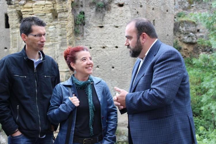 Francisco Puentedura conversa con otros integrantes de su formación.