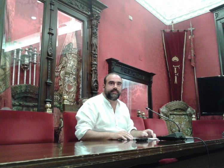 El edil Francisco Puentedura en rueda de prensa.