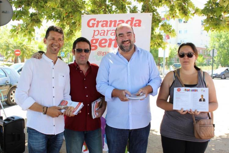 Francisco Puentedura en un reparto de material electoral.