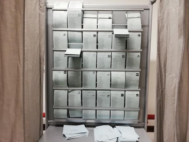 Cabinas con papeletas , en la jornada electoral de este 26M.
