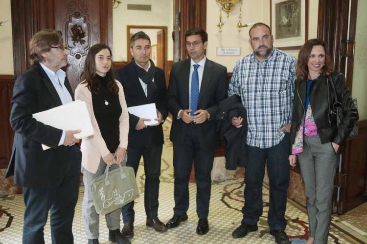 El alcalde con los portavoces de los grupos municipales.