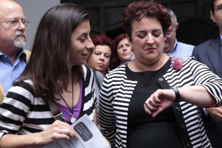 Marta Gutiérrez (izquierda) y Teresa Jiménez tras la reunión que mantuvieron ayer.