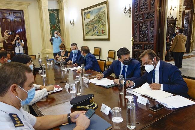 El alcalde conversa con el delegado de Fomento.