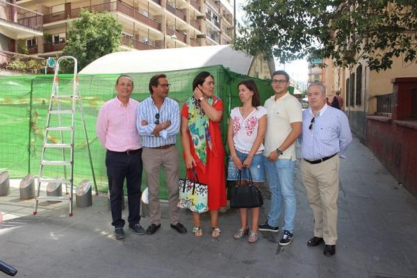 Los concejales del PP junto a una boca del Metro de Granada.
