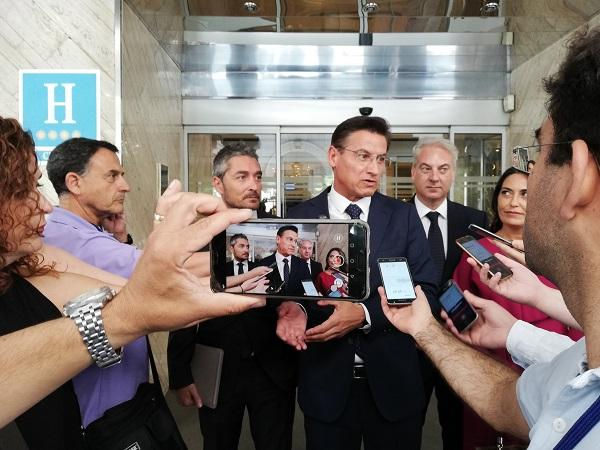 Luis Salvador atiende a los periodistas el día del pleno de investidura.