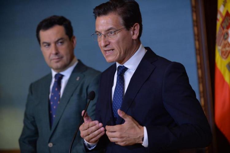 Luis Salvador, junto a Juan Manuel Moreno, en la rueda de prensa posterior a su encuentro institucional en Sevilla.
