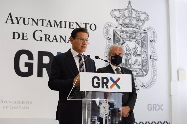 uis Salvador, durante la rueda de prensa del 1 de julio de 2021, en que anunció que dejaba el cargo de alcalde de Granada, en presencia de José Antonio Huertas.