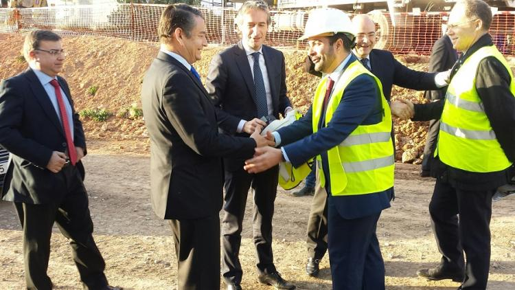 Sanz saluda al alcalde de Loja en presencia del ministro.