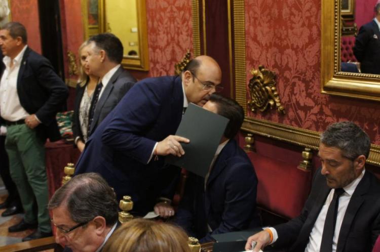 Sebastián Pérez habla con Luis Salvador en el pleno de investidura.