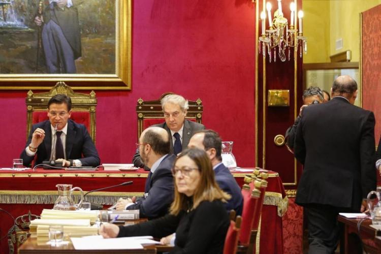 Sebastián Pérez abandona el pleno municipal el pasado 31 de enero para anunciar su dimisión como presidente provincial del PP.