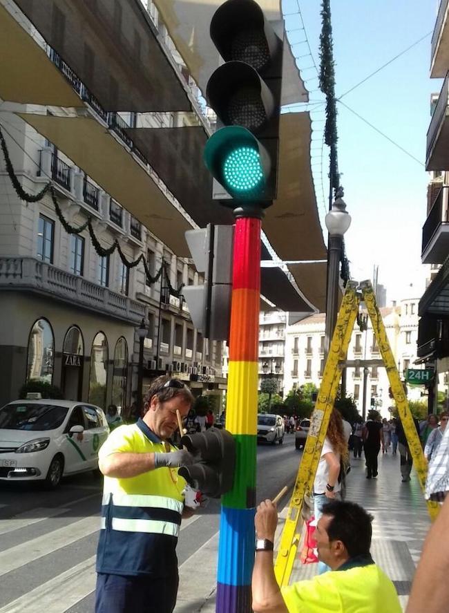 El semáforo, cuando fue pintado en junio pasado con la bandera LGTBI.