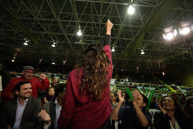 Teresa Rodríguez, de espaldas, en un mitin, en presencia de Garzón e Iglesias.