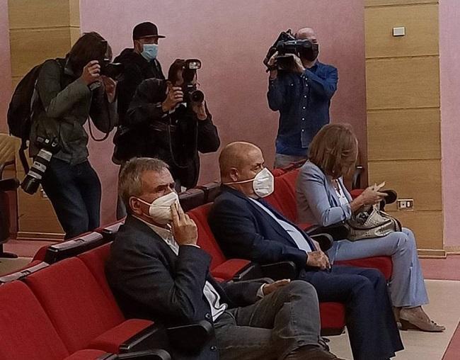 Torres Hurtado, entre Isabel Nieto y el técnico municipal que también ha sido absuelto, durante el juicio.