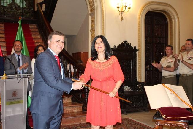 Inmaculada López Calahorro saluda a su antecesor, Francisco Fuentes.