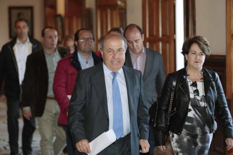 Torres Hurtado acompañado de parte de los ediles ahora imputados, el día que presentó su dimisión como alcalde.