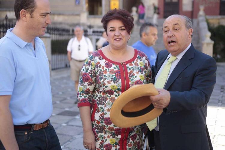 Torres Hurtado y Teresa Jiménez, durante su encuentro fortuito en Plaza Nueva.