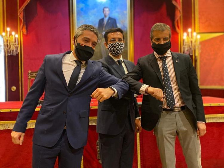 Manuel Olivares (CS), Francisco Cuenca (PSOE) y César Díaz (PP), en la firman del acuerdo.