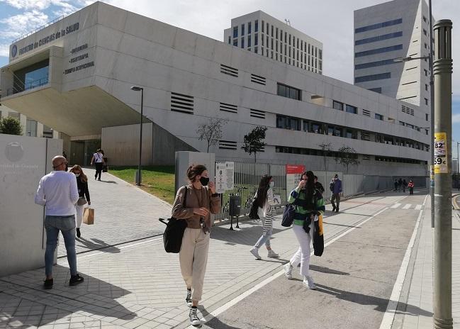 Jóvenes, a las puertas de la Facultad de Ciencias de la Salud.