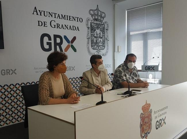 Antonio Cambril con Elisa Cabrerizo y Francisco Puentedura, este miércoles, en rueda de prensa.