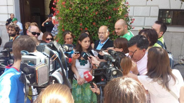 Marta Gutiérrez atiende a los medios de comunicación.