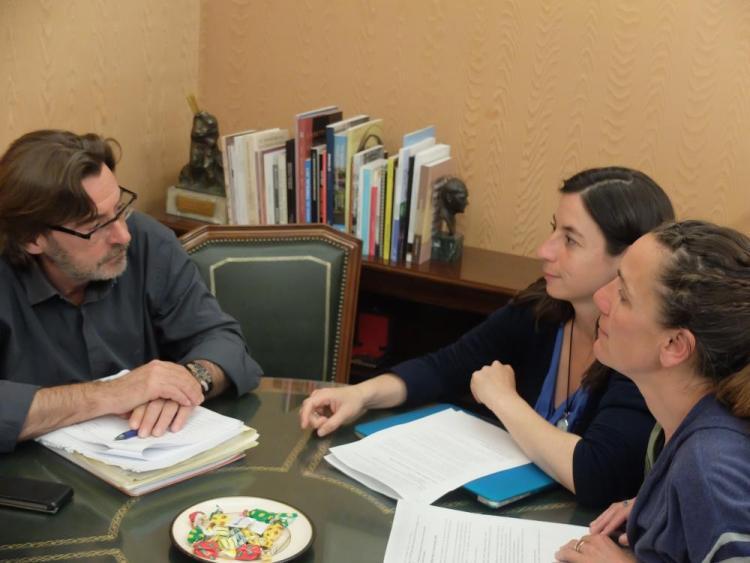 Las concejalas de Vamos Granada con el portavoz del gobierno.