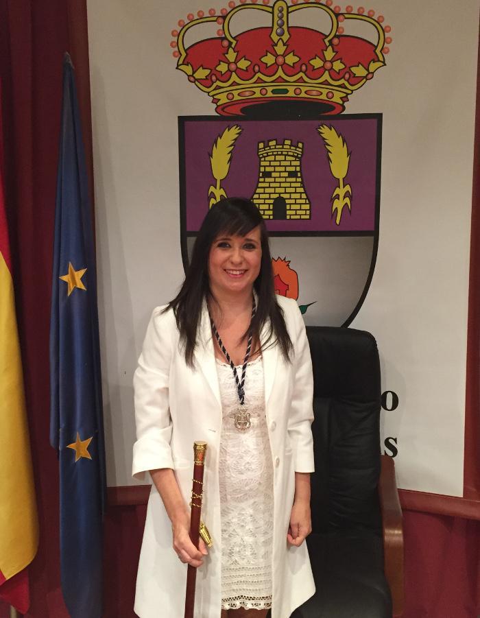 Vanessa Polo posa con el bastón de mando tras ser investida alcaldesa.