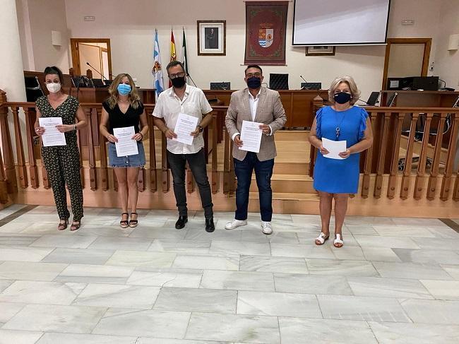 Los portavoces de todos los partidos políticos con representación en el Ayuntamiento de Vegas del Genil, tras la firma del Plan de Reconstrucción.