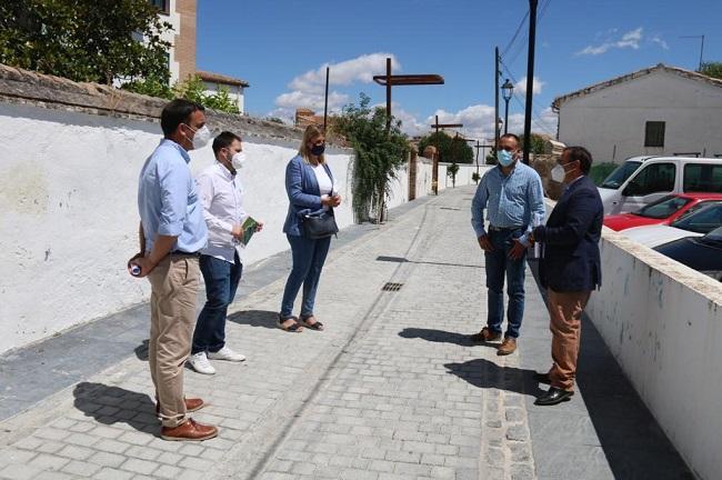 Los diputados del PP, con el alcalde de Alhendín, en su visita al municipio.