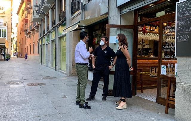 Cuenca y Ruz hablan con un hostelero del centro.