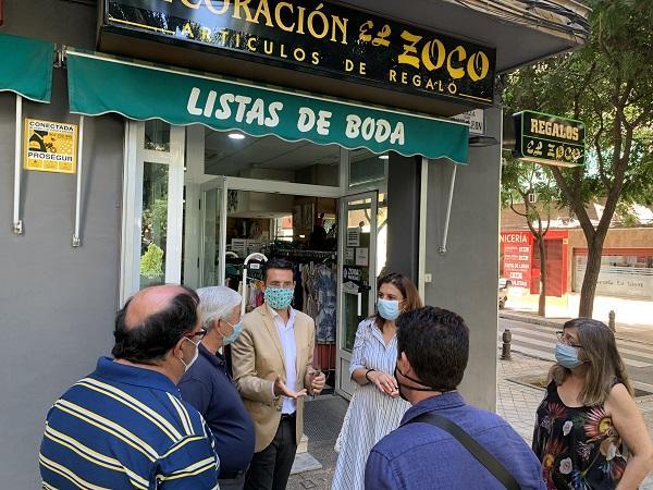 Cuenca, con Raquel Ruz, en su visita al barrio de Doctores.