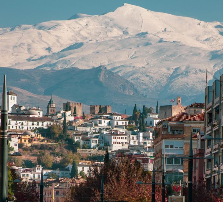 Impresionante imagen, en la capital, con Sierra Nevada, y también la Alhambra, como protagonistas.