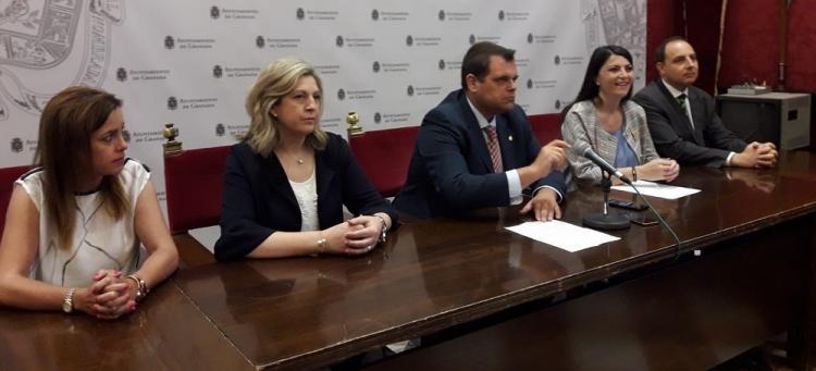 Los tres concejales de Vox con la diputada Macarena Olona y el presidente provincial de la formación.