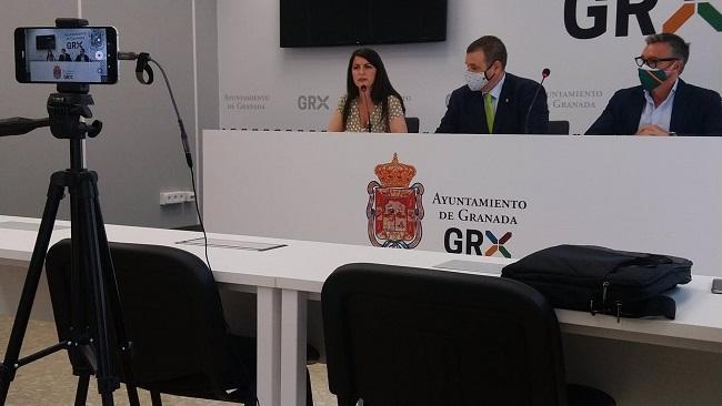 Rueda de prensa de Vox, con la diputada Macarena Olona, el portavoz municipal, Onofre Miralles, y el portavoz en el Parlamento de Andalucía, Manuel Gavira.