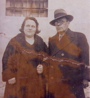 El maestro Ángel Matarán con su esposa, la también maestra Justa de Vicente, en Alhendín.