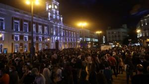 Centenares de personas se concentraron anoche en la Puerta del Sol para pedir la dimisión de Ayuso.