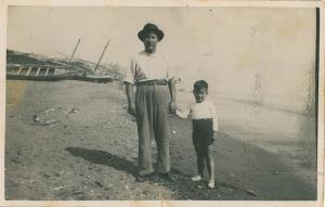 Agustín y su hijo en la playa de Málaga.