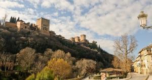 Espectacular imagen de la Alhambra desde el Paseo de los Tristes.
