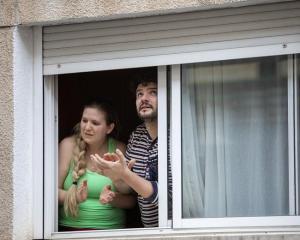 Una pareja aplaude en las convocatorias de las tardes del confinamiento.
