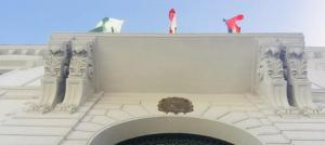 Banderas, en la fachada del Ayuntamiento de Granada.