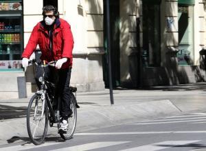 Un ciclista circula por el centro de Granada.