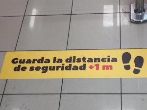 Advertencia en el suelo de un supermercado