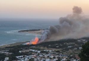 Incendio ayer en el Pinar de los Caños de Barbate, donde se ha autorizado una macrourbanización de más de 400 viviendas.