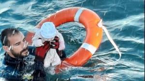 El submarinista de la Guardia Civil rescata a un bebé en aguas de Ceuta.