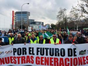 Pancarta de cabecera de la manifestación en Granada por la defensa del campo.