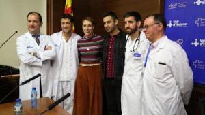 Audrey y Rohan, su pareja, junto al equipo médico del Hospital Vall d'Hebron, que le salvó la vida.