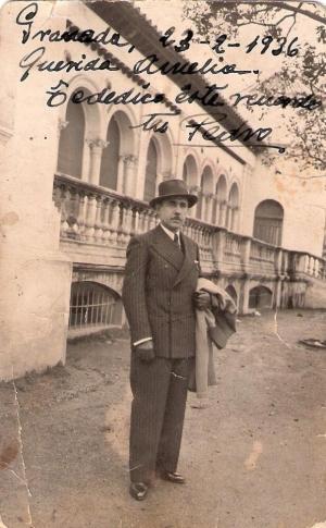 Pedro Domínguez Mazo en una fotografía junto a la Biblioteca del Salón.