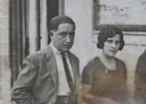 Valentín Pinto Tomás y Mercedes Gómez, por las calles de Granada.