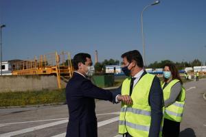 El presidente de la Junta y el alcalde se saludan en un acto en Granada el pasado mayo.