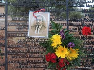 Imagen de José Daniel Miranda Lara y de un ramo de flores, junto a su nombre en el Memorial en la tapia del Cementerio de San José.